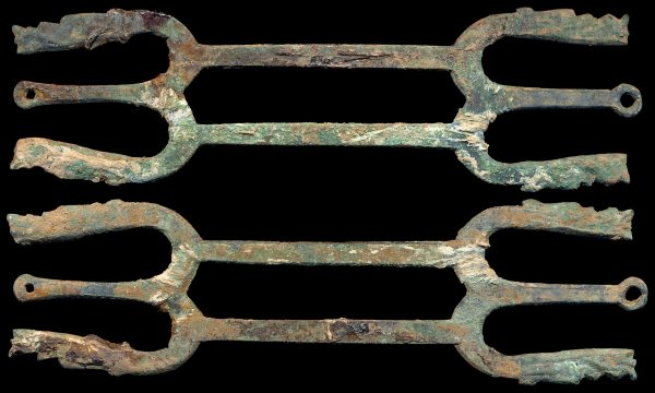 CHINA, ZHOU Dynasty, bronze gandan or shield frame money